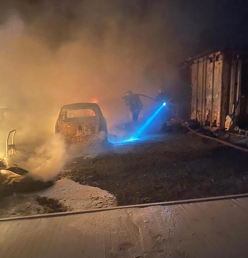 Une location de voitures détruite par le feu